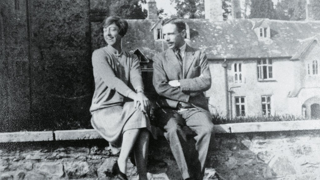 Leonard Elmhirst, at right, with his wife, Dorothy, at Dartington Hall, Devon, UK. Source: The Dartington Hall Trust archive. Wikimedia Commons.